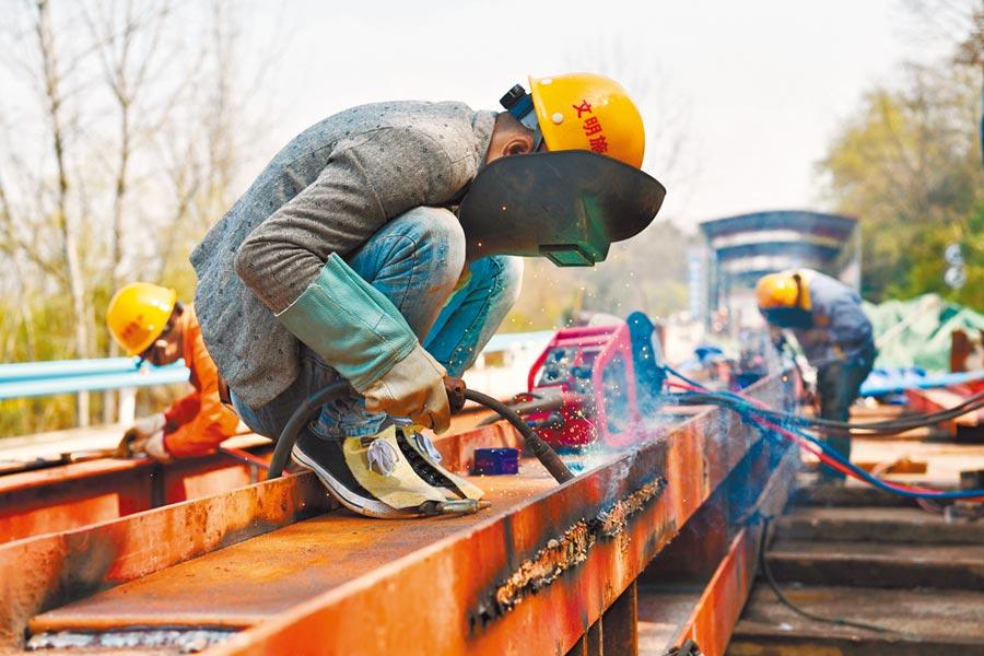3月19日,工人在貴州花魚洞大橋改造工程建設現場施工。(新華社)