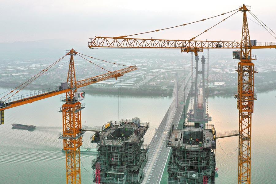 3月18日,廣州南沙港鐵路跨西江斜張橋主塔進行封頂施工。(新華社)
