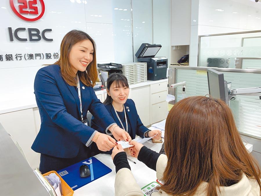 疫情影響,大陸多家銀行對線下貸款進行調整。圖為工行行員在為客戶辦理業務。(中新社資料照片)