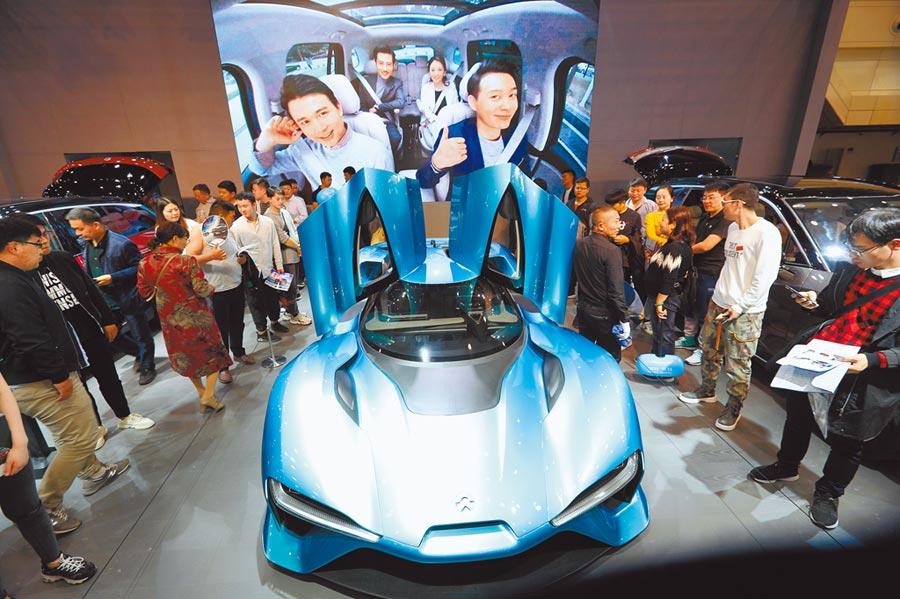 油價跌,電動車概念股也跟著急跌,圖為2019年11月3日,鄭州國際車展舉行,電動超跑蔚來ep9吸睛。(中新社)