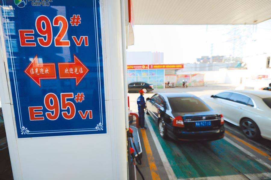 近日國際油價持續下跌,自3月17日24時起,大陸汽、柴油價格跟降;圖為3月18日,車輛在河南鄭州一石化加油站內加油。(中新社)