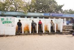 印度公廁太暴露 正妹解決方式驚呆