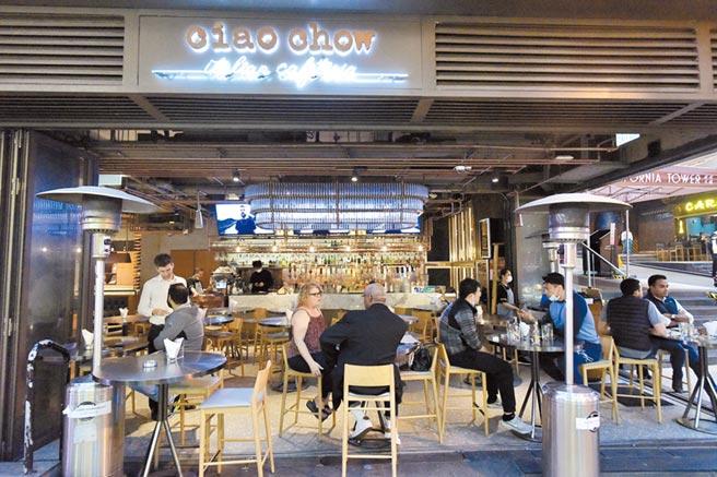 香港衛生署20日通報,當日新增48例新冠肺炎確診病例,創單日新高。圖為中環蘭桂坊1家餐廳,有不少外籍人士於店內聚餐。(中新社)