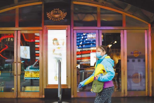 全球影市陷入困境,北美院線剩2家影院以開放部分座位方式營業,其它全面關門,圖為當地時間3月16日,美國紐約時代廣場一家停止營業的劇院。(中新社)