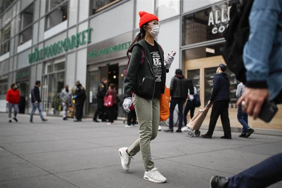 防範新冠病毒,紐約民眾戴口罩。(美聯社)