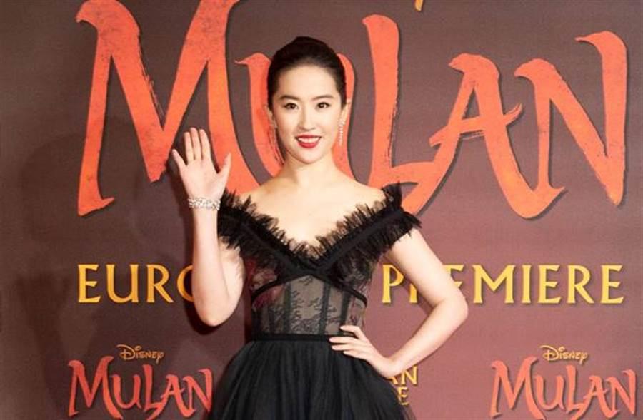 「神仙姐姐」劉亦菲因在《花木蘭》倫敦首映上露齒笑,卻被酸顏值崩壞。(圖/達志影像)