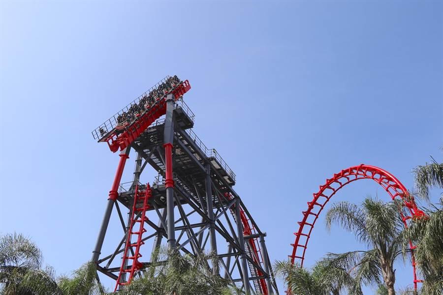麗寶樂園園內擁全球唯一的斷軌式雲霄飛車「搶救地心」。(麗寶樂園提供)