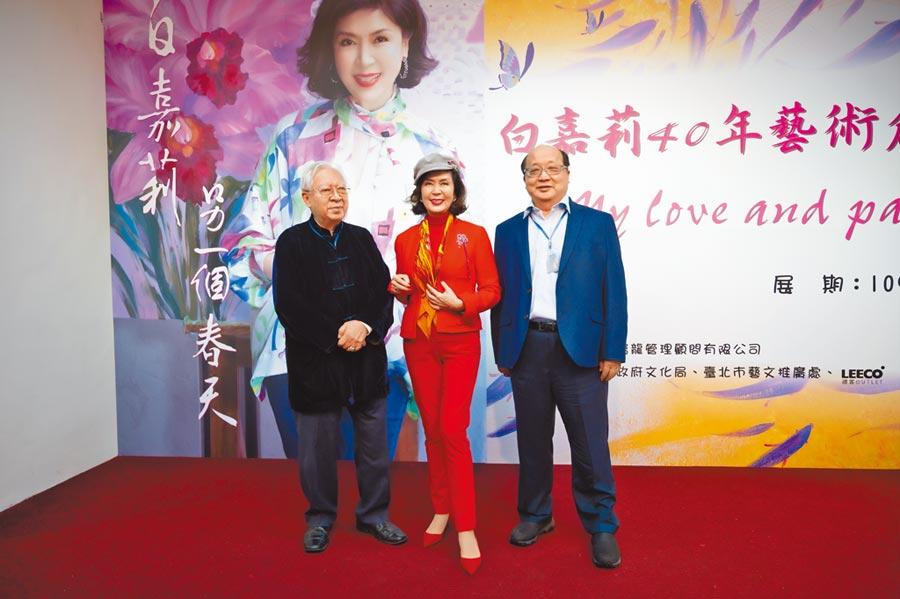 歐豪年(左)和旺旺集團副董事長胡志強(右)昨下午現身白嘉莉的畫展。(蘇德富攝)