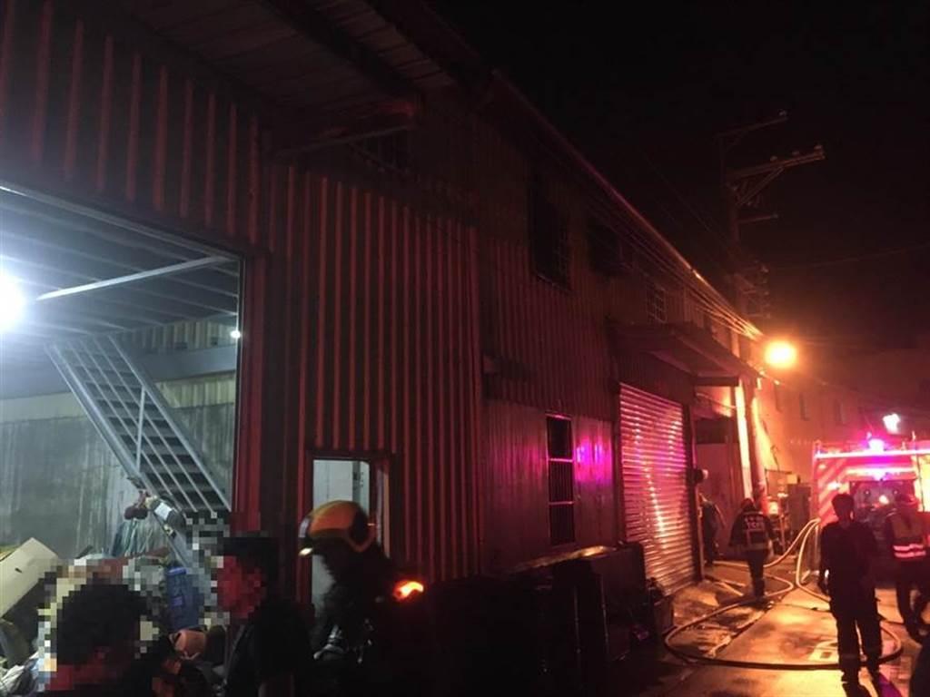 台中市晚間1家工廠傳出火災,消防人員到場搶救,3名移工喪生火窟。(台中消防局提供/陳淑芬傳真)