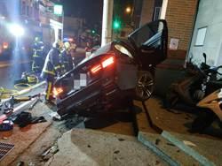 BMW酒駕載全家自撞電桿 車全毀4口幸運獲救