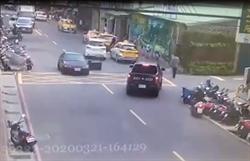 瘋狂飛車竊賊躲警追捕 連撞16汽機車造成3民眾受傷