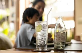 西餐廳附2杯檸檬水 亂喝恐鬧笑話
