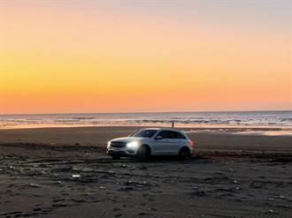 男開百萬名車硬闖沙灘 深陷沙中見漲潮急求警助脫困