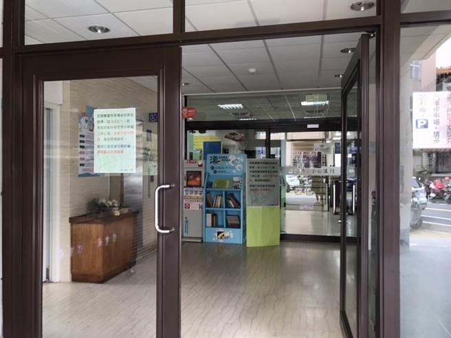 竹北市公所公告,位於福德街的竹北市立圖書館,將於23日起暫停開放,作為第二辦公室使用。(莊旻靜攝)