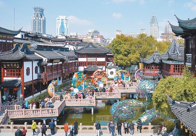 作者把在台灣累積的教學經驗帶到上海。圖為上海豫園。(新華社)