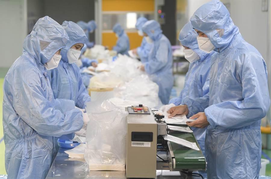 大陸醫用口罩產能達每日1億隻,世界各國大量依賴大陸生產口罩,在新冠疫情發生後,大陸口罩出口大降,導致全球醫用罩短缺,這在全球疫情擴散之際,問題顯得更為嚴重。圖為重慶企業生產N95口罩。(圖/新華社)
