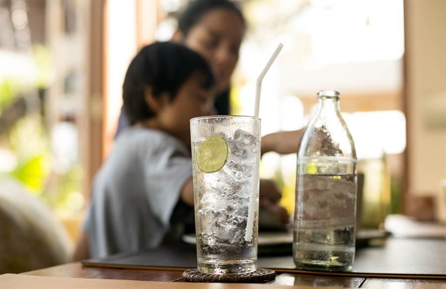 大多數西餐廳會附上2杯檸檬水,但用途其實不同。(示意圖/ 取自達志影像)
