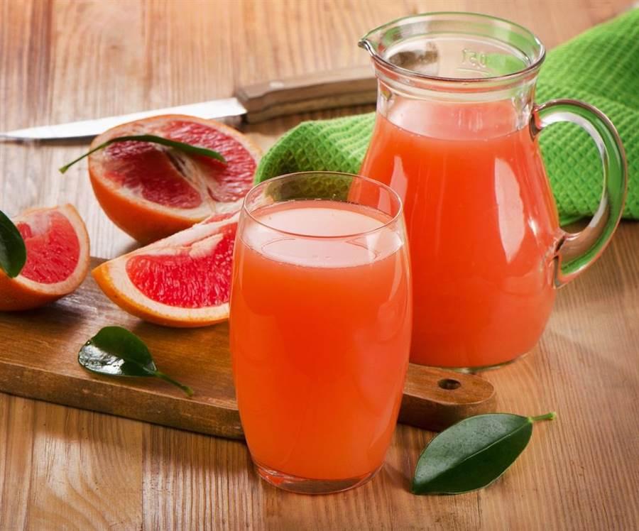葡萄柚汁會與許多藥物發生交互作用,其中也包含降血脂藥物。(達志影像/shutterstock)