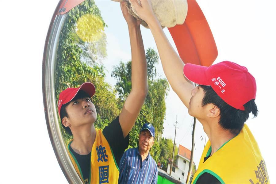 台東縣關山鎮在地學子利用假日清理路邊反射鏡。(翻攝照片/莊哲權台東傳真)