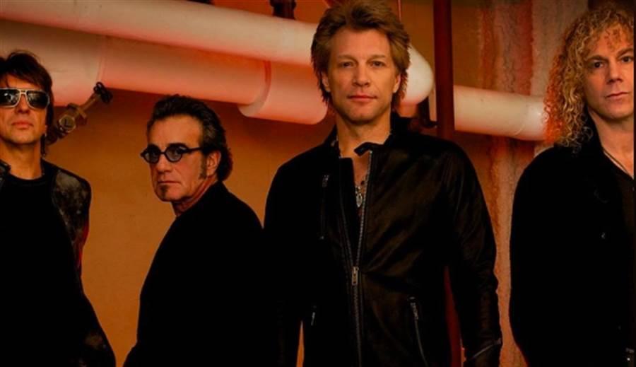 美國傳奇樂團邦喬飛的鍵盤手David Bryan(右)確診新冠肺炎。(圖/翻攝自邦喬飛臉書)