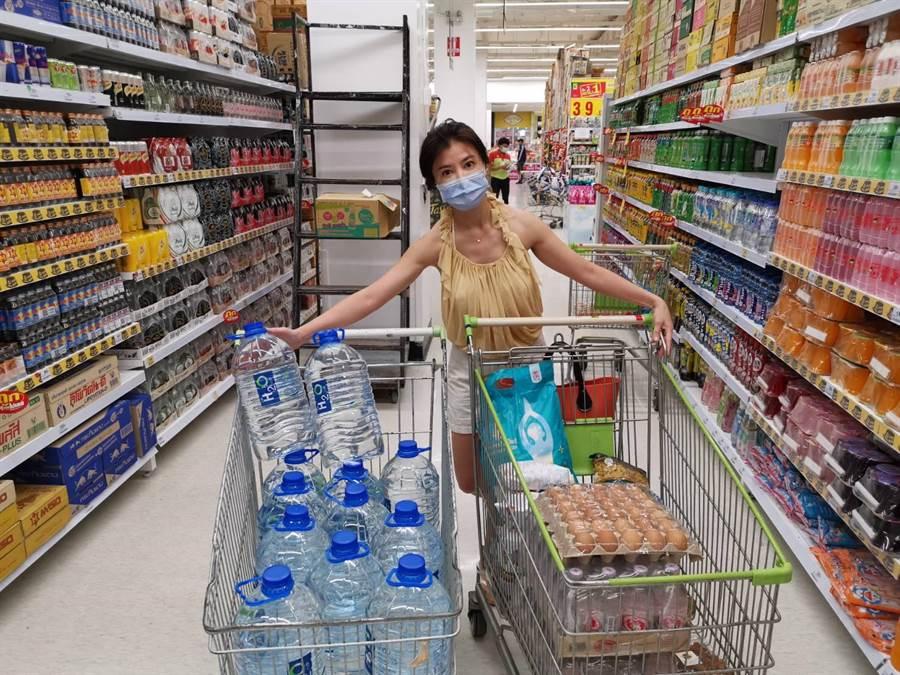 岳庭上超市採買飲用水和食材,超市也幾乎也沒人。(岳庭提供)