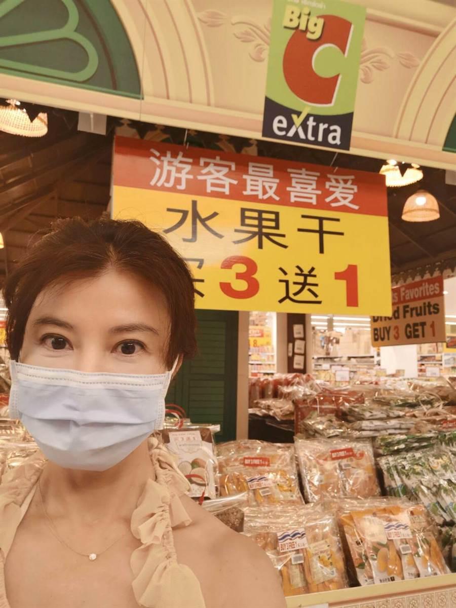 超市裡遊客最愛的伴手禮因為沒有觀光客也沒人買。(岳庭提供)