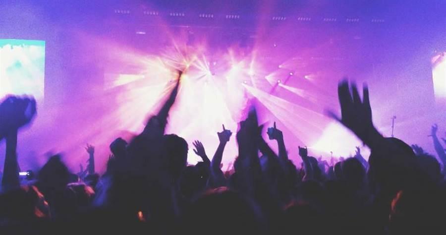大安警方22日凌晨在東區知名夜店逮到一名須居家檢疫卻到夜店飲酒消費的男子。(示意圖/pixabay)