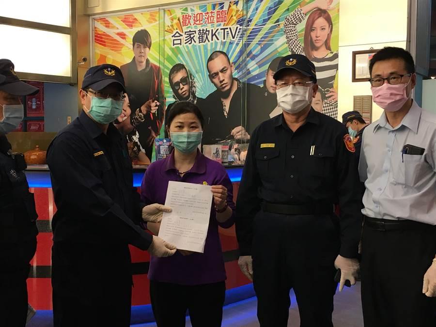 嘉義市警察局長張樹德(右二)率隊臨檢KTV,宣導配合加強防疫措施。(廖素慧攝)