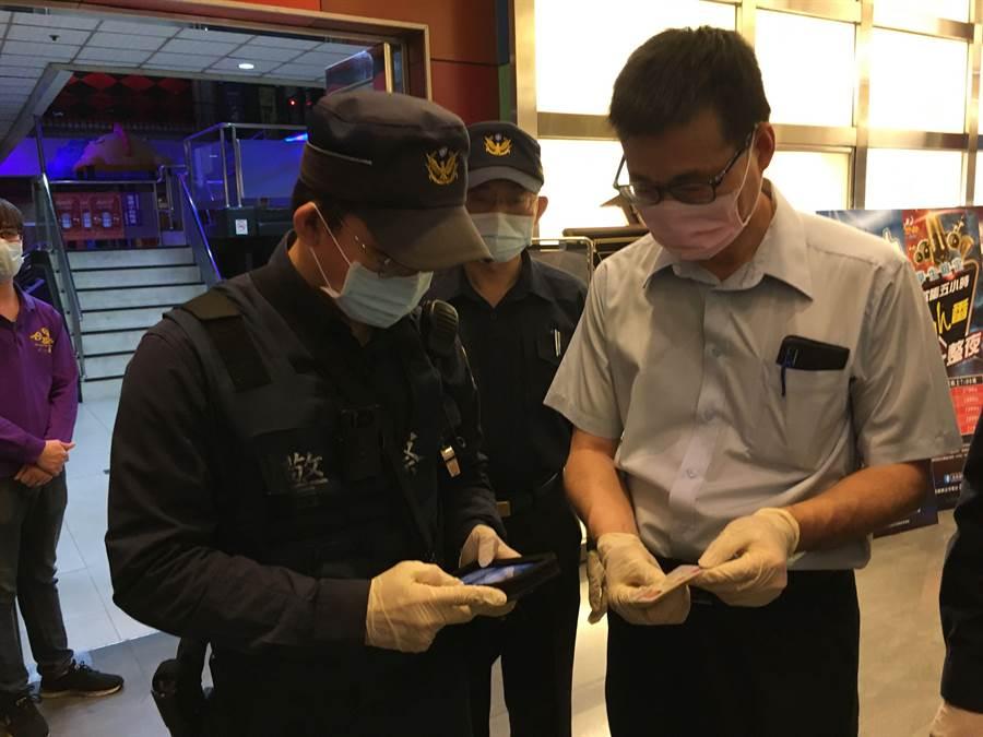 警察用「M-POLICE」查驗民眾是否為居家檢疫或隔離者。(廖素慧攝)