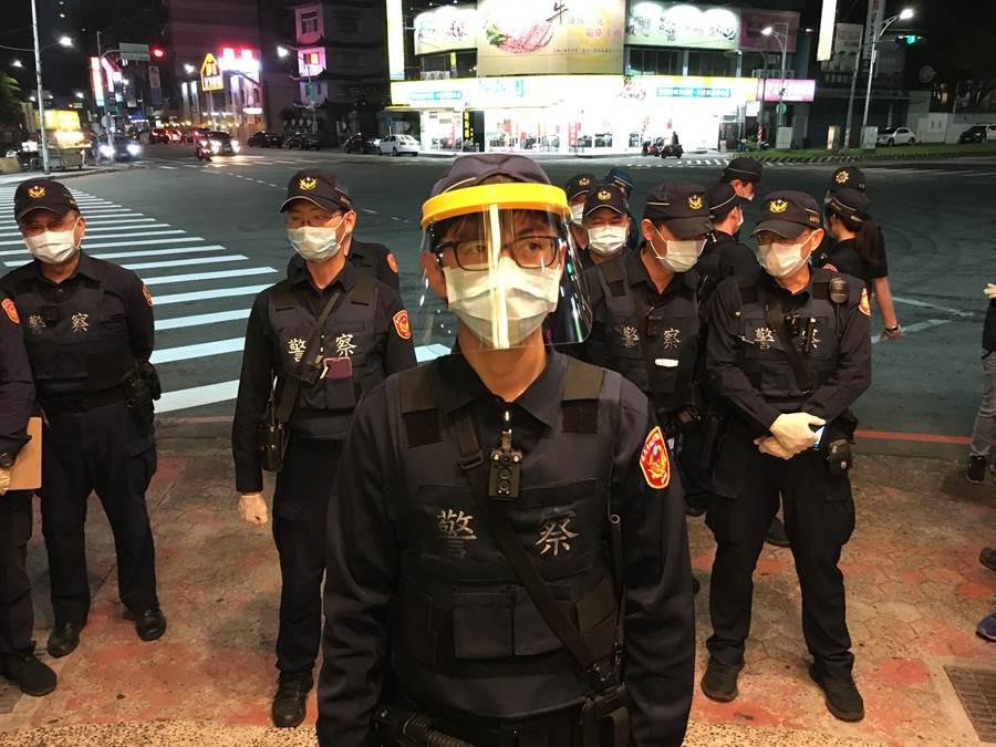 警察戴口罩、防護面具及手套執行路邊攔檢。(廖素慧攝)