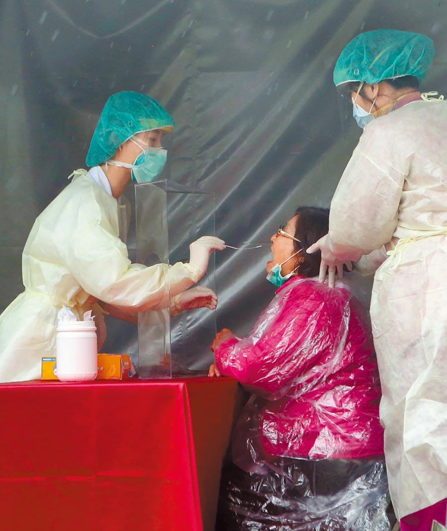 疫情指揮中心指揮官陳時中表示,開放自費篩檢及普篩容易造成偽陰性結果,進一步造成更多人被傳染。(本報資料照片)