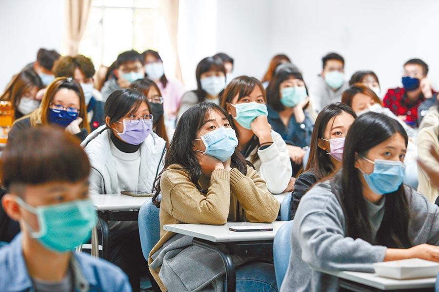 專家認為應強制學生戴口罩,就不需走到停班、停課這一步。圖為東吳大學課堂上學生幾乎都戴口罩。(本報資料照片)