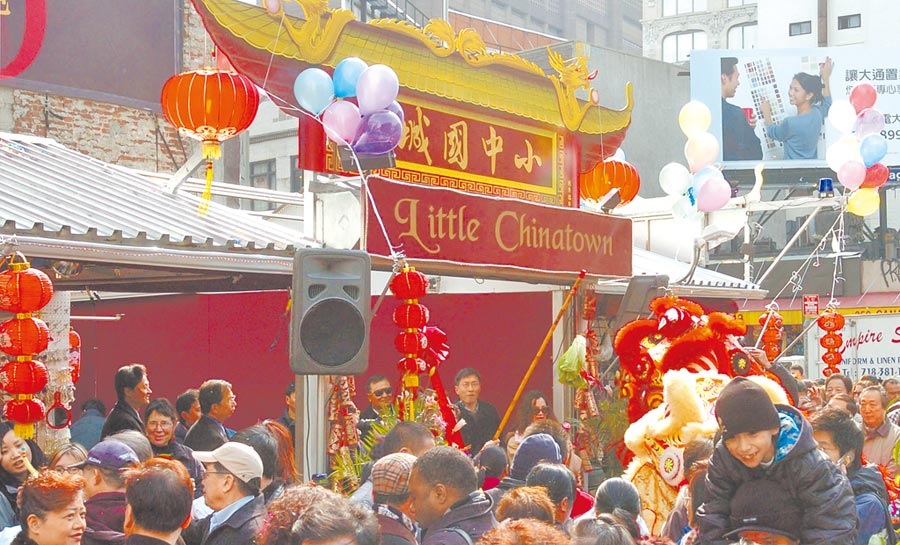 由於新冠病毒肺炎疫情在全球肆虐,許多美國人把氣出在中國人身上,許多城市出現排華風潮,甚至連警察也建議華裔民眾擁槍保身。(新華社照片)