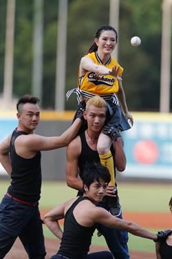 中職》劉真第一次球場表演 曾為兄弟開球