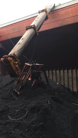 22年老吊車手軟 花蓮港卸煤突斷臂
