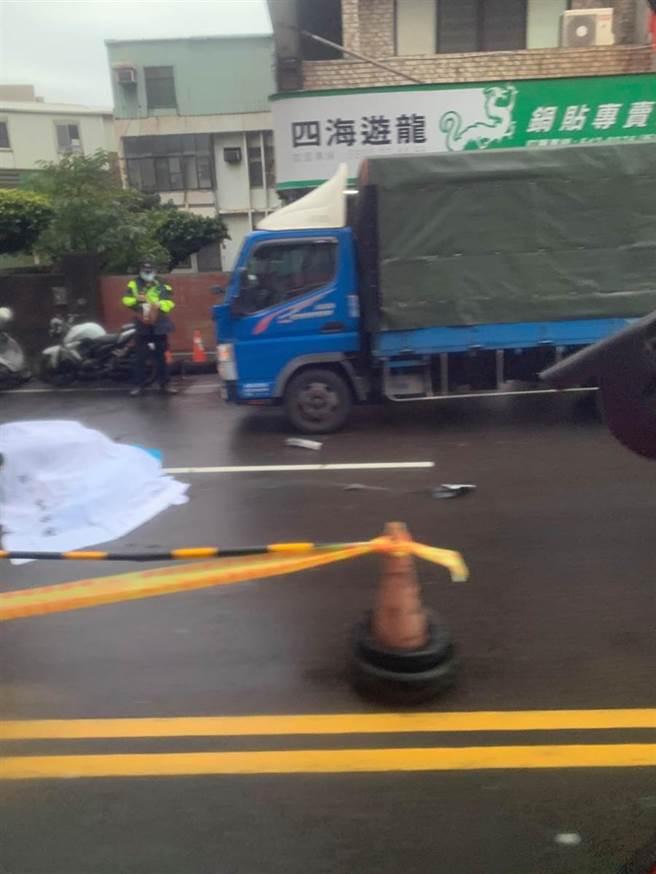 國公務人員協會榮譽理事長李來希在臉書張貼一起死亡車禍照片,及留言「為了排隊買口罩,被車碾斃!唉!」為假訊息。(中時報系資料庫)