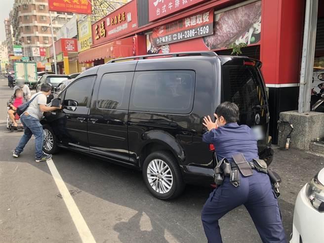 中市警局第四分局春社派出所員警,發現瘖啞人士簡男的車輛故障停在路中,立即協助將車推至路旁。(台中市警局第四分局提供/黃國峰台中傳真)