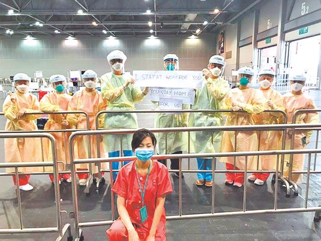醫護人員發起行動,高舉「為了你,我堅守崗位;為了我,請你堅守在家」字句拍照,香港醫護日前也響應。(取自新浪微博@香港文匯網)