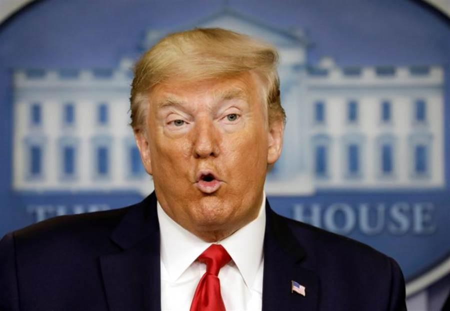 美國總統川普在華府就新冠肺炎疫情發表談話。(路透)