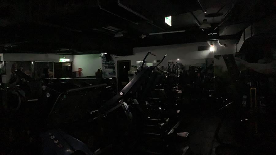 基隆大停電,健身房黑漆麻烏。(張穎齊攝)