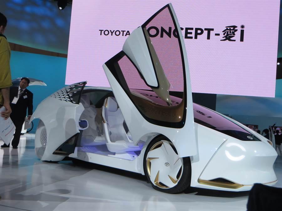 日本豐田汽車主力生產線上因2名員工確診感染新冠肺炎而停工,恐影響交車。(圖為豐田汽車2017年在東京車展上推出的概念車,黃菁菁攝)