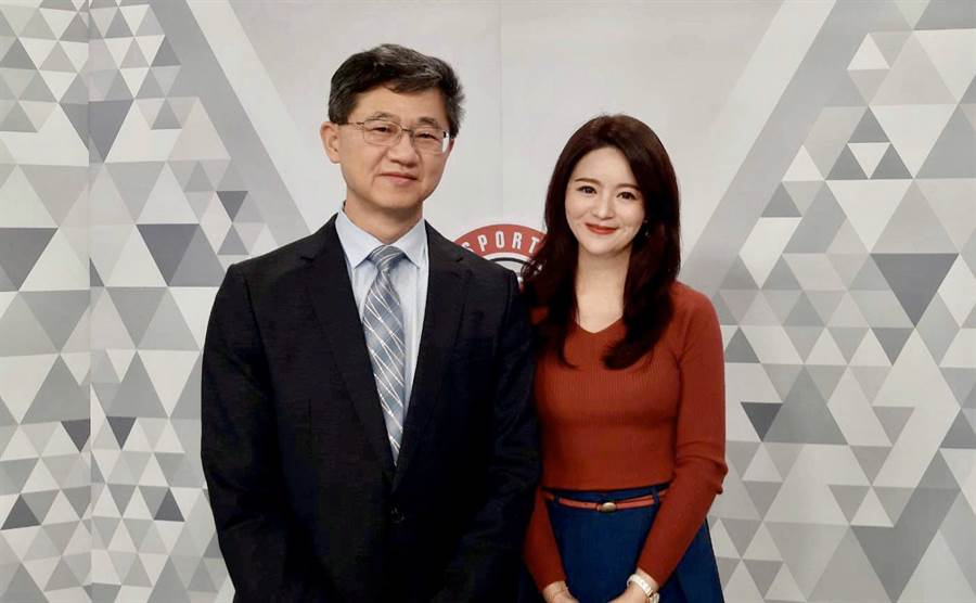 台灣運彩總經理林博泰(左)上時來運轉節目,與主持人尉遲佩玉(右)談運彩眉角。(范佐意攝)