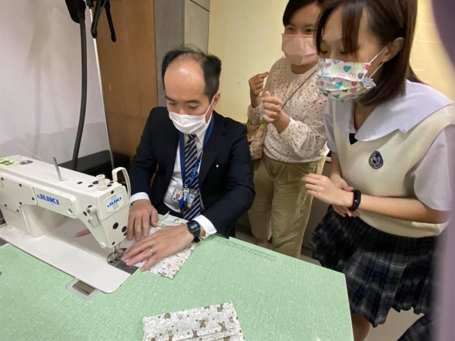 日僑學校教務長也參與縫製口罩套體驗,並指出縫製口罩套真的不容易。(游念育攝)