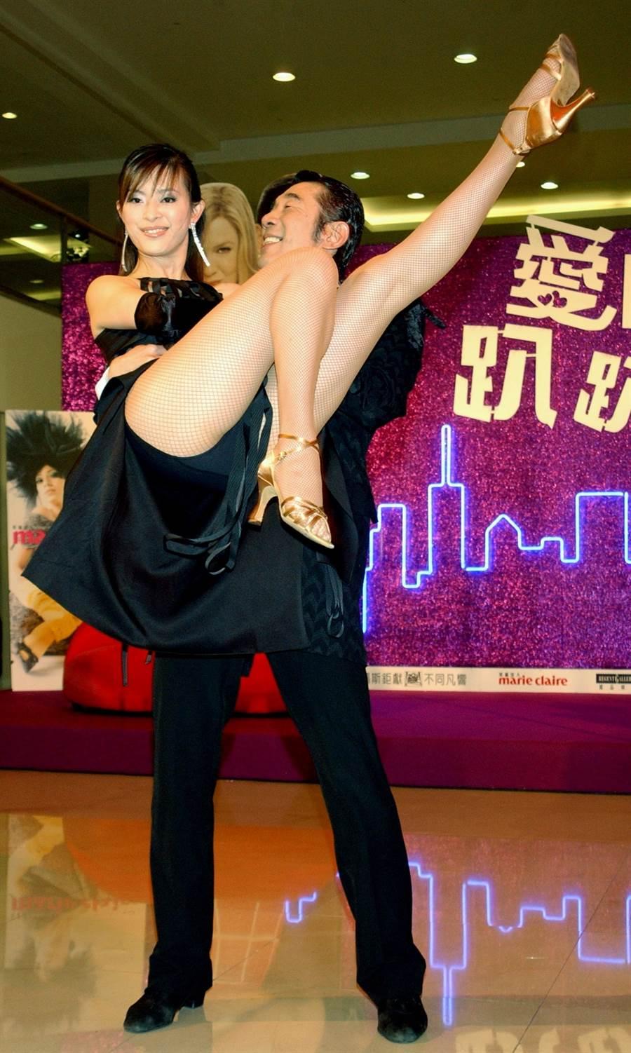 2003年劉真出席電影《愛情趴趴走》首映大曬美腿。(圖/中時資料照片)