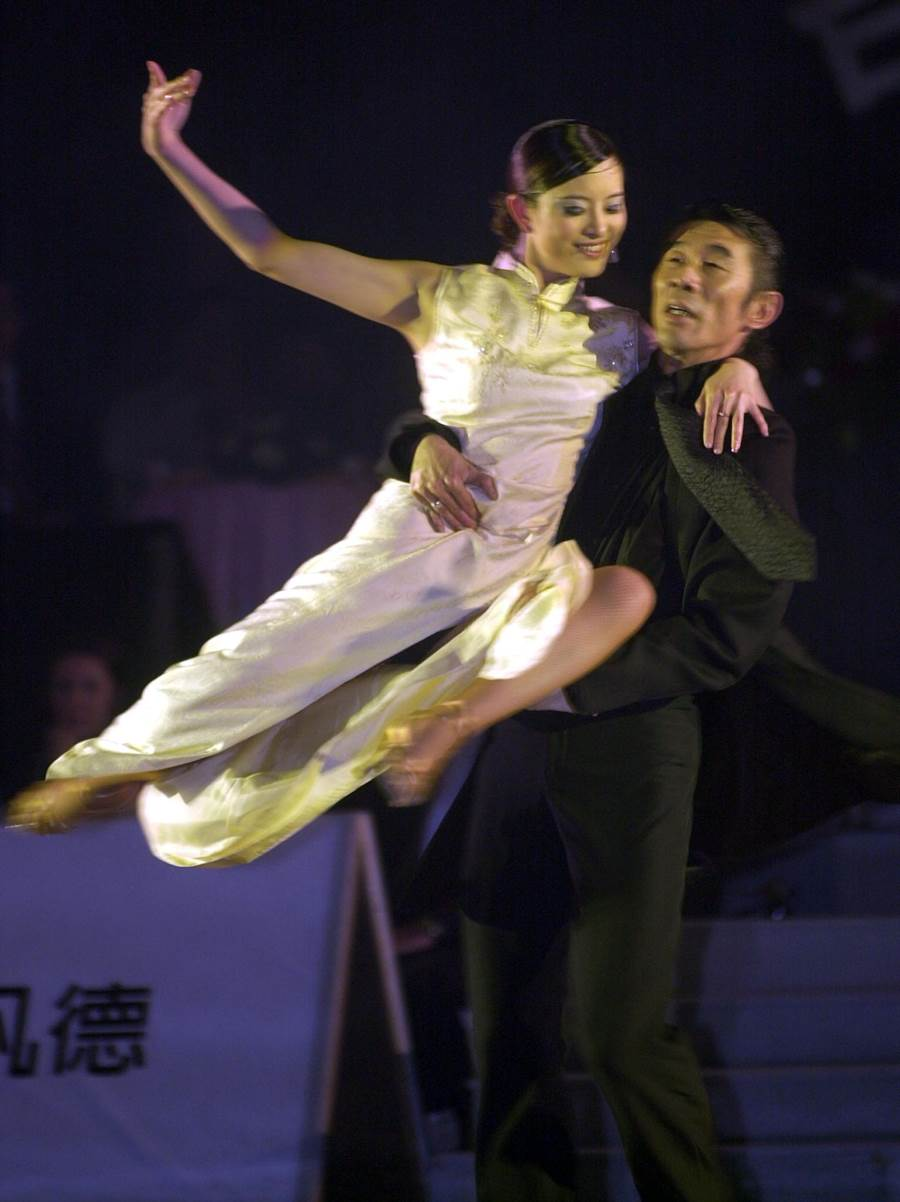 2003年劉真與周志坤一起演出「金大班的最後一夜」國標舞劇中的精采片段。(圖/中時資料照片)