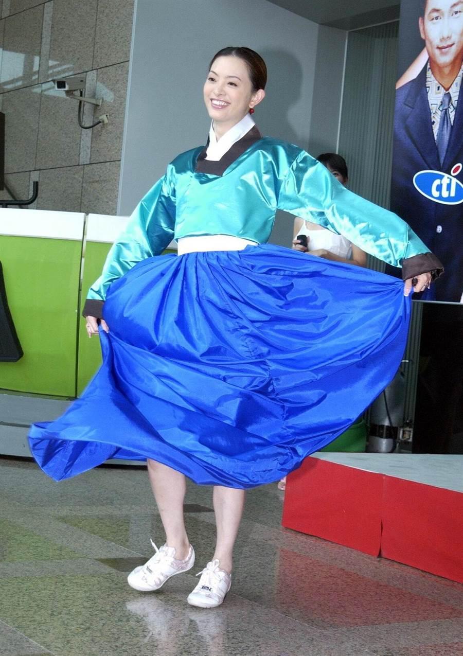 2004年劉真扮大長今出席《大悶鍋》記者會。(圖/中時資料照片)