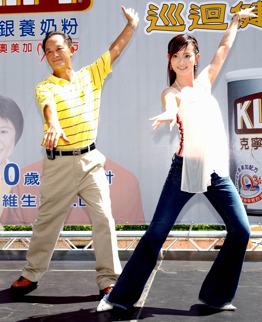 2004年劉真和爸爸在父親節前夕出席代言活動。(圖/中時資料照片)