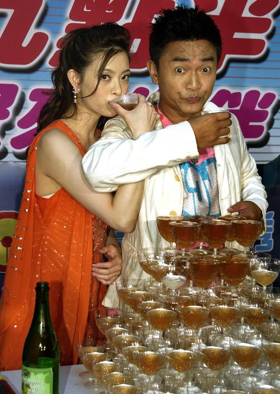 2005年劉真首執主持棒和吳宗憲合作《愛上九點半》慶功。(圖/中時資料照片)