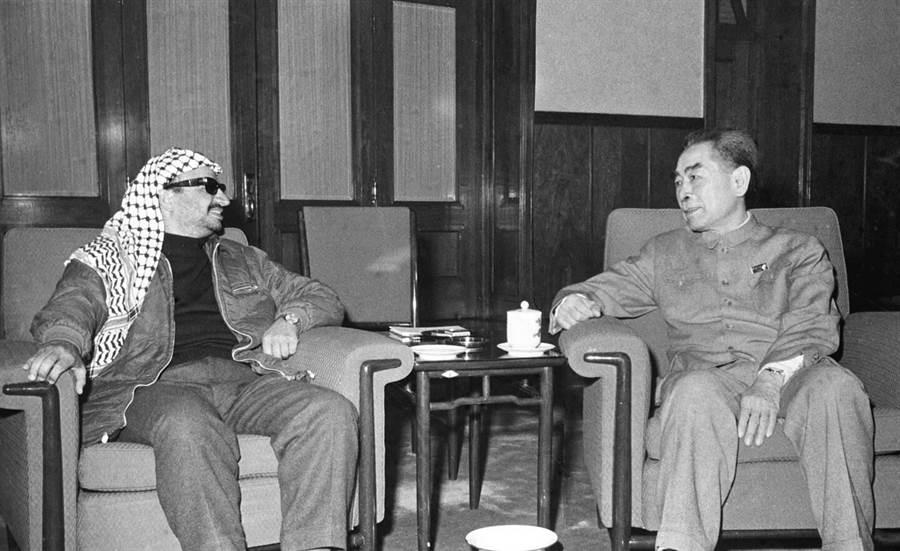 1970年3月27日,大陸國務院總理周恩來(右)會見阿拉法特。(新華社)
