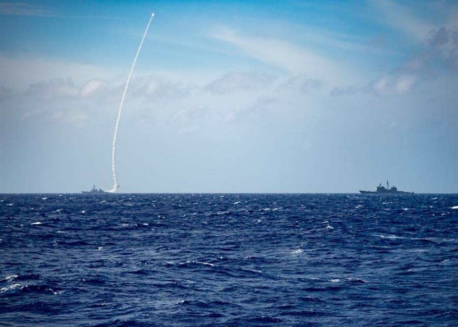 美軍驅逐艦貝瑞號23日在南海進行飛彈試射,這是近1個多月來美軍在南海的第3次軍事演習活動。(圖/美國海軍第7艦隊)